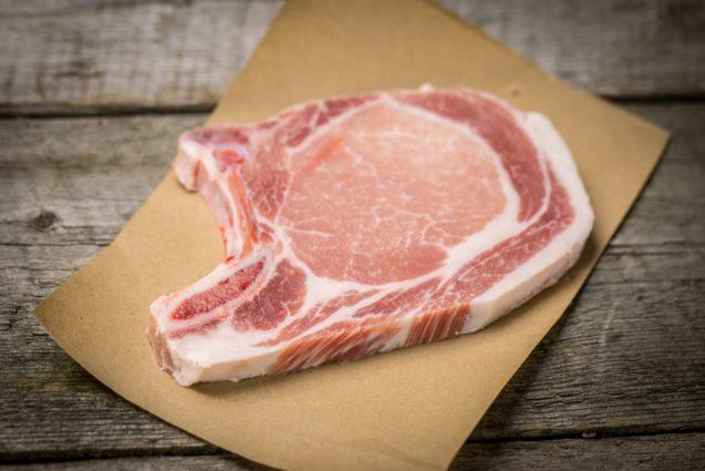 Côtelettes de porc avec os
